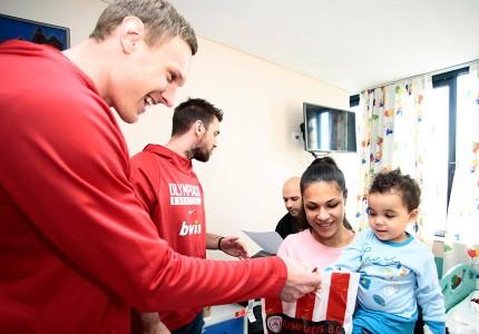 Οι «ερυθρόλευκοι» μοίρασαν δώρα στα παιδιά (pics, vid)