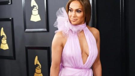Η Lopez χωρίς σουτιέν και με τεράστιο σκίσιμο στα Grammy