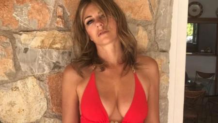 Elizabeth Hurley: Ο σέξι χορός της 52χρονης με μπικίνι