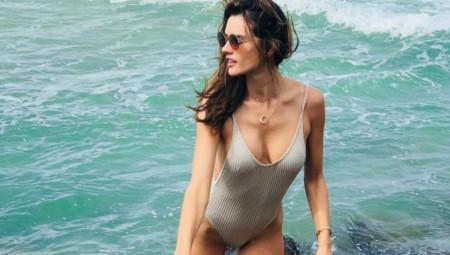 Η Αλεσάντρα Αμπρόσιο άφησε τη Victoria Secret αλλά όχι το μπικίνι της (pics)