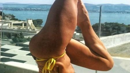 Διάσημη Ελληνίδα γυμνάζεται με μαγιό στο μπαλκόνι