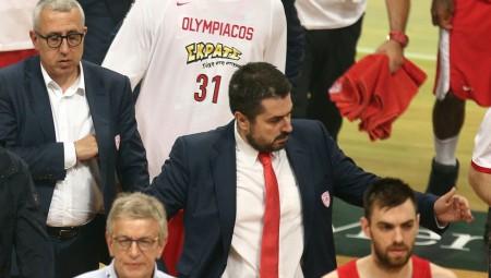 Οπαδοί έξω από τα αποδυτήρια του Ολυμπιακού!