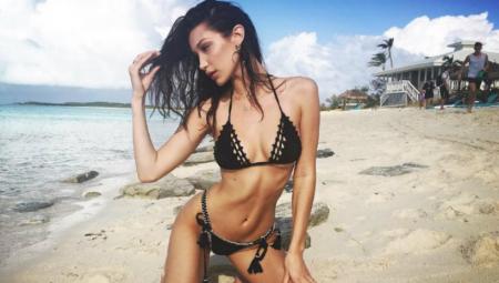 H Bella Hadid topless στην παραλία με τεράστιο σομπρέρο