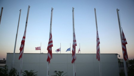 Μεσίστιες οι σημαίες στα γραφεία της ΠΑΕ Ολυμπιακός (pics)