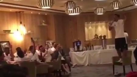 Ο Λάζαρος τραγουδά τον ύμνο του Θρύλου! (vid)