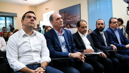 Επικοινωνιακές παραστάσεις της κυβέρνησης με φόντο υπουργούς που μιλούν και προκαλούν