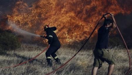 Μαίνεται η πυρκαγιά στην Ελαφόνησο