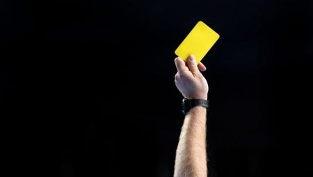 Κίτρινη κάρτα για το φτύσιμο στο χορτάρι!