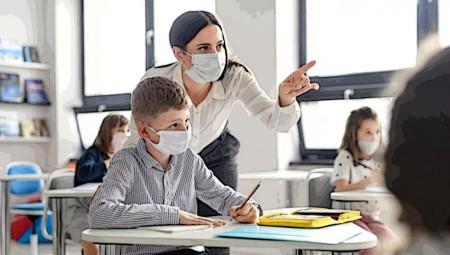«Μαραθώνιος» για τη διανομή μασκών στα σχολεία (video)