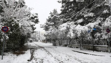 Συνεχίζονται οι χιονοπτώσεις στην Αττική (video)