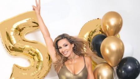 Απίστευτο! Η Ελένη Πετρουλάκη έκλεισε τα 50 και το γιορτάζει! (photo)