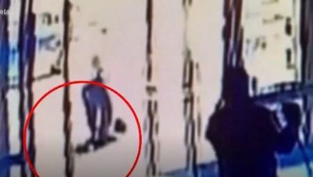 Σοκαριστικό βίντεο: Επίθεση άνδρα σε 65χρονη γυναίκα στις ΗΠΑ! (video)