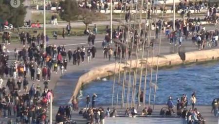 «Πλημμύρισε» από κόσμο η Θεσσαλονίκη – Συνωστισμοί, χοροί, ποτά (video)