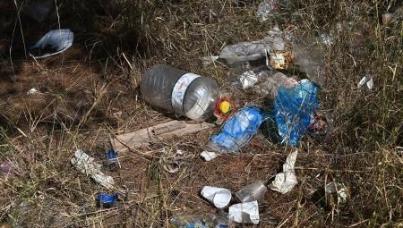 Απέραντος σκουπιδότοπος οι πλατείες μετά τα κορονοπάρτι (video)