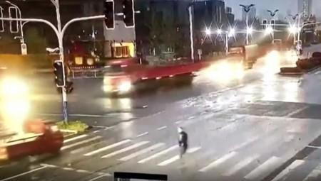 Κίνα: Τύχη βουνό είχε πεζός που διέσχιζε διάβαση! (video)