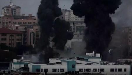 Κλιμακώνεται η βία στο Ισραήλ: Ρουκέτες στο Τελ Αβίβ, επιδρομές στη Γάζα (video)