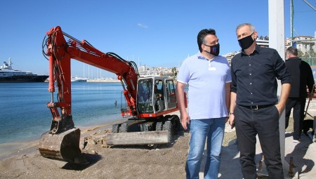 Εργασίες καθαρισμού στις παραλίες Βοτσαλάκια και Φρεαττύδα από τον Δήμο Πειραιά (video+photos)