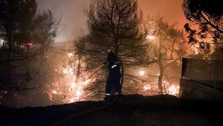 Δύσκολες στιγμές, η φωτιά πέρασε την Εθνική οδό (video)