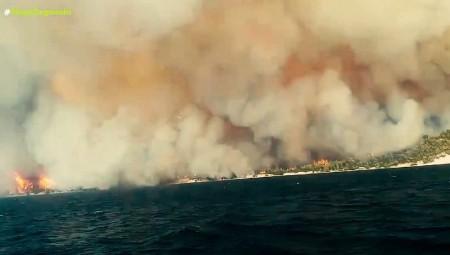 Εύβοια – Κάηκαν σπίτια, εκκενώθηκαν οικισμοί (video)
