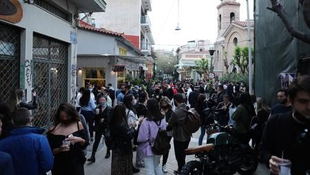 «Βούλιαξαν» από κόσμο οι κεντρικές πλατείες στην Αθήνα – «Χαμός» και στην Πάτρα (video)