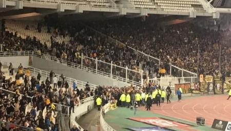 Εισβολή οπαδών της ΑΕΚ στον αγωνιστικό χώρο! (vid)