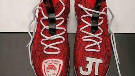 Οι κατακόκκινες παπουτσάρες του Τίμα (pics)