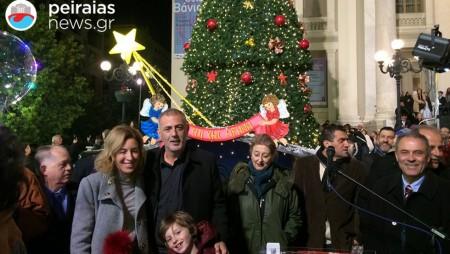 Πλήθος κόσμου στον Πειραιά για το άναμμα του χριστουγεννιάτικου δέντρου