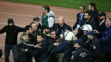 Απίστευτο: Υπάλληλος της ΠΑΕ Παναθηναϊκός ηγείται της επίθεσης στον πάγκο του Ολυμπιακού!