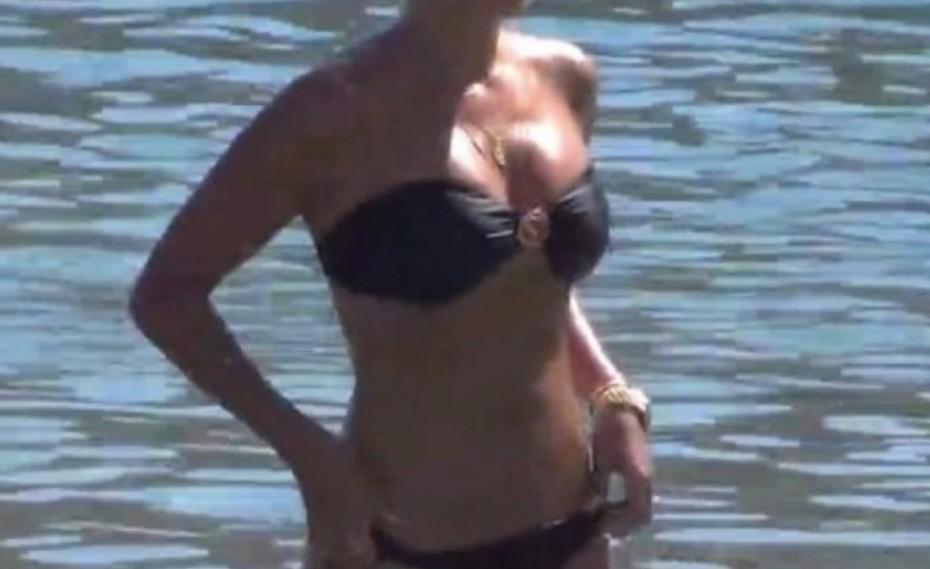 Κολάζει τη Μύκονο η 40χρονη καλλονή με το υπέροχο κορμί της