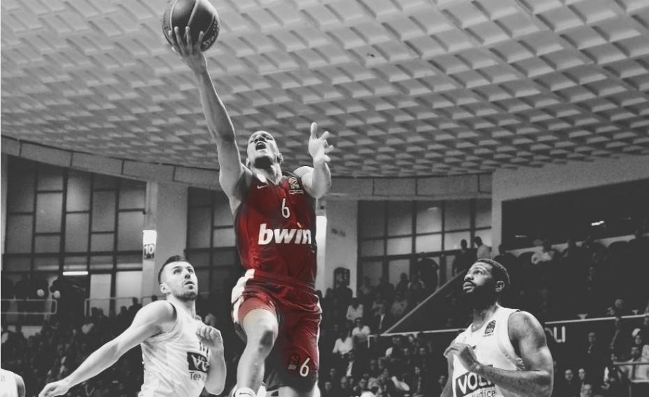 Έπαιξε… μπάσκετ!
