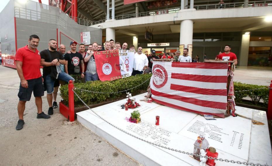 Θύρα 7 και οπαδοί της Νότιγχαμ στο μνημείο των 21 θυμάτων (pics)