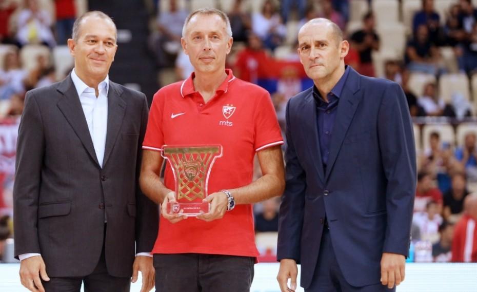 Ο Ολυμπιακός τίμησε τον «στρατιώτη» του! (pics)