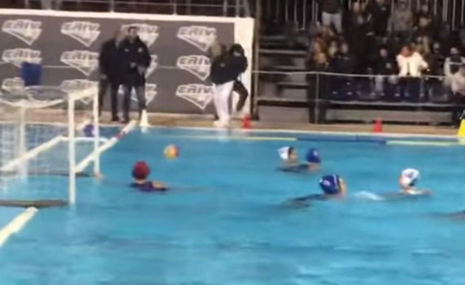 Οπαδός πέταξε στην πισίνα τον διαιτητή του αγώνα Γλυφάδα-Εθνικός (video)