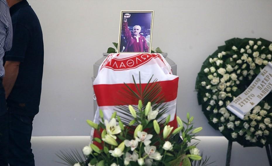 Σκεπασμένος με τη σημαία του Θρύλου, στο τελευταίο «αντίο»… (photos)