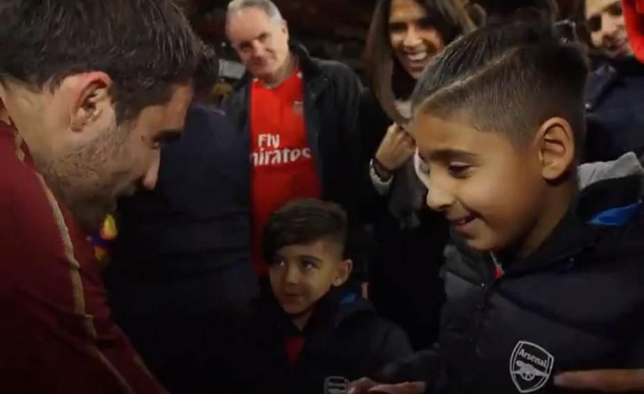ΣΥΓΚΛΟΝΙΣΤΙΚΟ! Ο μικρός Mikey που άγγιξε την καρδιά του Σωκράτη! (photo+videos)