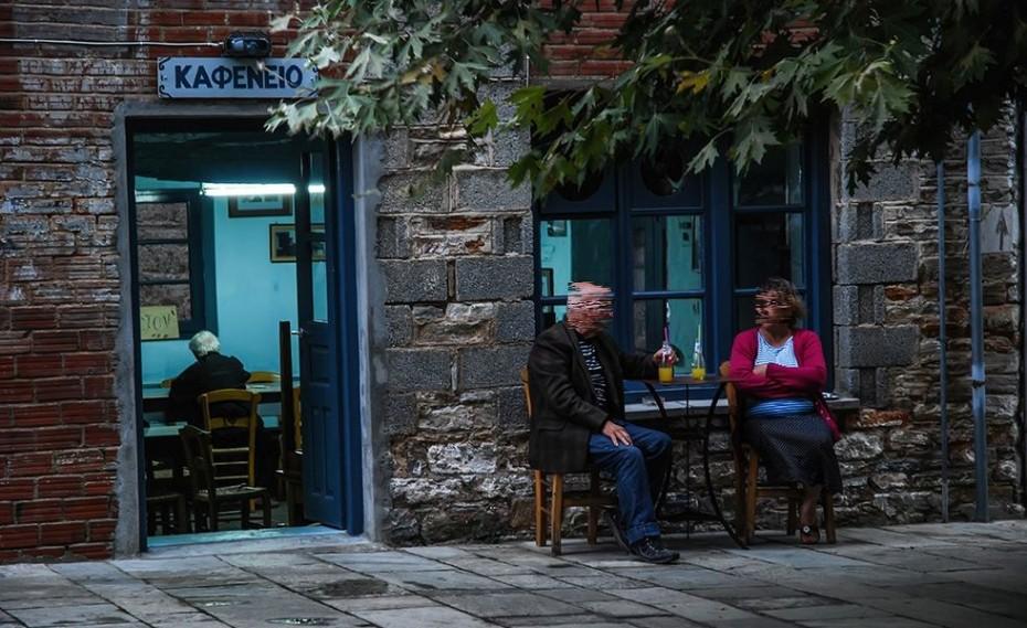 Πανηγυρίζοντας με τον ιδιοκτήτη καφενείου