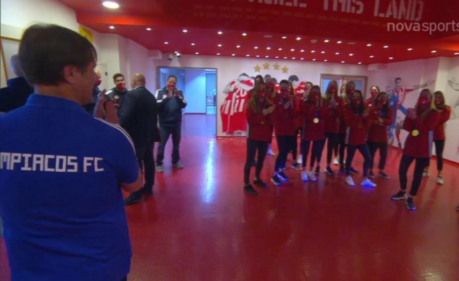Τρομερή σκηνή με υπόκλιση Μαρτίνς στις πρωταθλήτριες Ευρώπης (video)