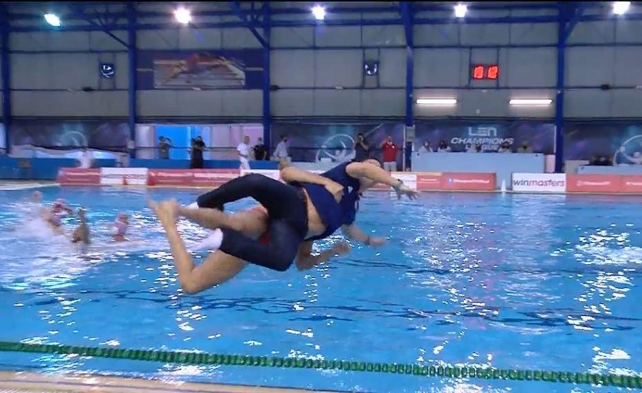 Ο Μουρίκης πήρε αγκαλιά τον Βλάχο και έπεσαν στην πισίνα! (video)