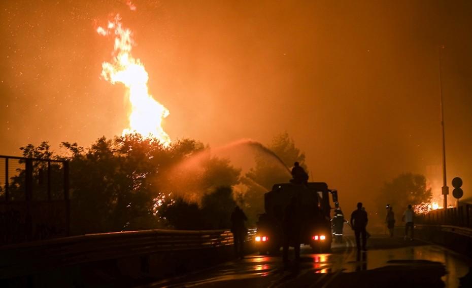 Μάχη με τις φλόγες όλη τη νύχτα (videos)